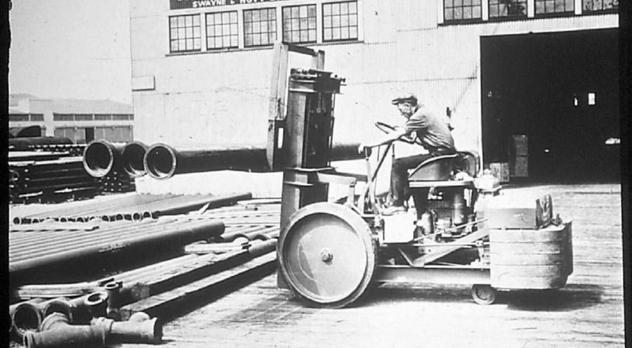 Stary industrialny wózek widłowy